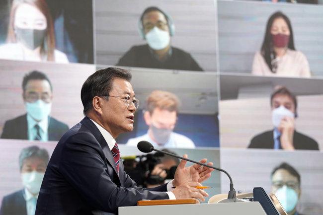 문재인 대통령이 1월 18일 오전 청와대 춘추관에서 비대면 방식으로 신년 기자회견을 하고 있다. [뉴스1]