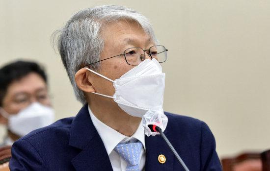 최기영 과학기술정보통신부 장관이 2020년 10월 6일 서울 여의도 국회에서 열린 국정감사에서 5G 관련 질의에 대답하고 있다.