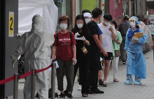 지난해 8월 19일 사랑제일교회가 있는 서울 성북구 한 보건소에 마련된 선별진료소에서 시민들이 코로나19 검사를 받고자 기다리고 있다. [뉴스1]
