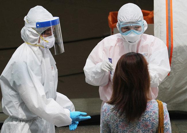 지난해 5월 18일 '이태원클럽발 코로나19 집단 감염'이 발생한 서울 용산구보건소에 마련된 선별진료소에서 의료진이 대화를 나누고 있다.  [뉴스1]