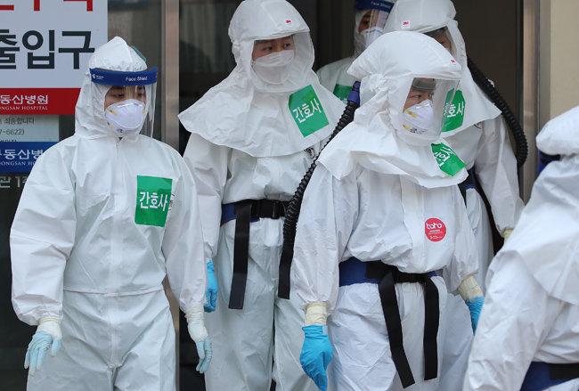 지난해 5월 6일 코로나19 지역거점병원인 대구 계명대 대구동산병원에서 격리병동 근무를 마친 의료진이 밖으로 나오고 있다. [뉴스1]