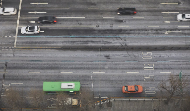 2021년 1월 19일 서울 서대문구 충정로의 왕복 8차선 도로 위 제설제가 쌓여있다.
