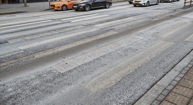 제설제로 하얗게 착색된 도로 때문에 횡단보도가 제대로 보이지 않는다.