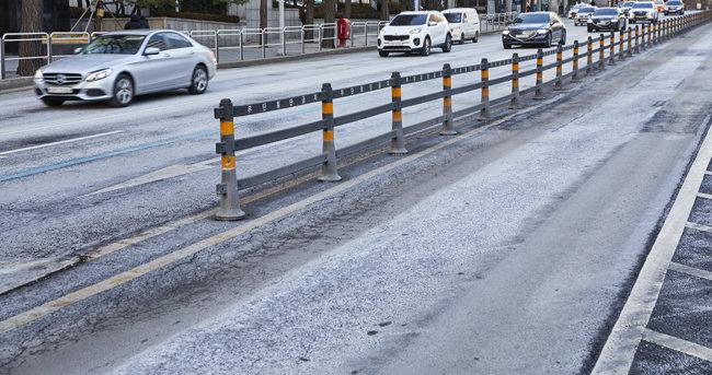 제설제의 주성분인 염화칼슘은 도로, 가드레일을 부식시킨다.
