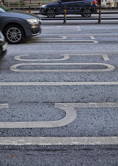 눈이 내린 흔적 대신 도로에는 제설제 흔적만 남아 있다.