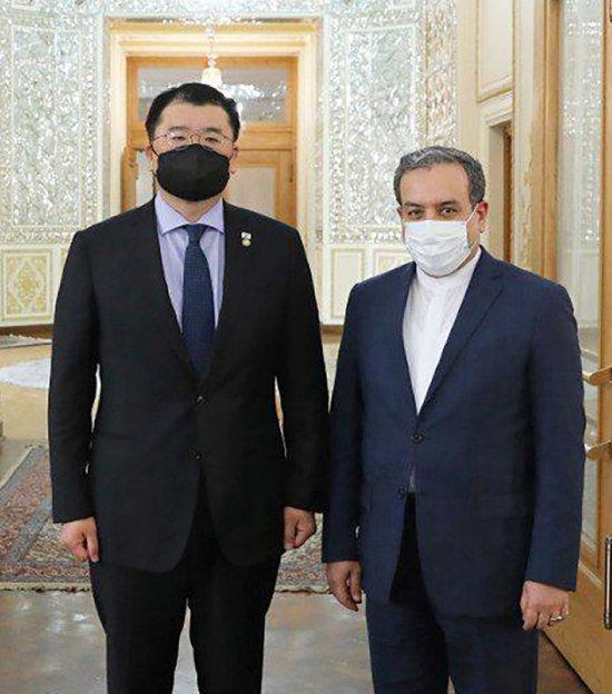 최종건(왼쪽) 외교부 1차관이 1월 10일 압바스 아락치 이란 외무차관과 회담 전 포즈를 취하고 있다. [AP=뉴시스]