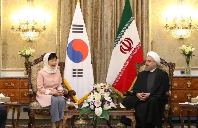 2016년 5월 2일 이란 사드아바드궁에서 하산 로하니 이란 대통령과 정상회담에 앞서 사전 환담을 하는 박근혜 당시 대통령. [동아DB]