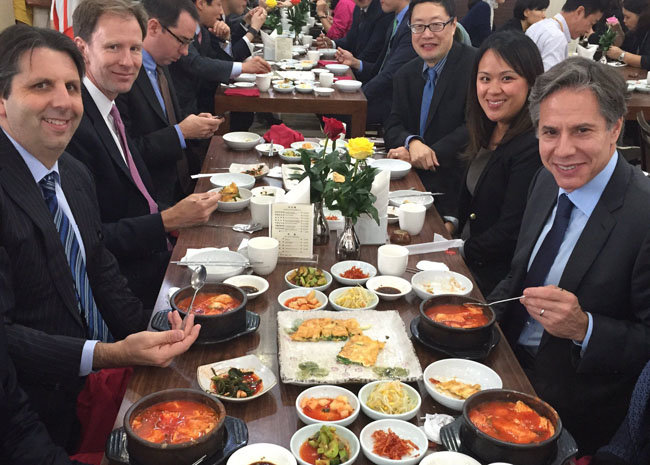 2016년 10월 방한한 토니 블링컨(맨 오른쪽) 당시 미국 국무부 부장관이 마크 리퍼트(맨  왼쪽) 당시 주한 미국 대사 등 동료와 서울 종로구 한식당에서 순두부찌개를 먹는 모습. 블링컨은 이 사진을 트위터에 올렸다. [마크 리퍼트 공식 트위터 계정]