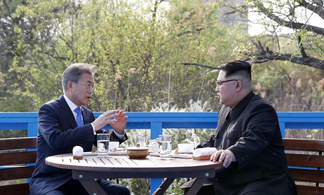 문재인 대통령과 김정은 북한 국무위원장이 2018년 4월 27일 제1차 남북정상회담 당시 판문점 벤치에 마주 앉아 이야기를 나누고 있다.  [원대연 동아일보 기자]
