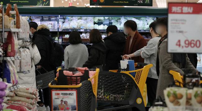 크리스마스인 2020년 12월 25일 서울 시내 한 대형마트가 장을 보러 나온 시민들로 붐비고 있다. [뉴스1]