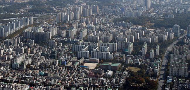 서울 송파구 롯데월드타워 전망대에서 바라본 아파트 단지 모습. 지난해 8월부터 11월까지 서울 아파트 전세 거래는 3만5286건으로 2019년 동기(4만4113건) 대비 20% 감소했다. [뉴스1]