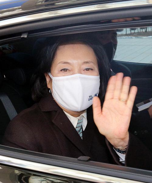 박영선 전 중소벤처기업부 장관이 서울시장 보궐선거 출마를 위해 사의를 표명한 1월 20일 정부대전청사를 나서며 취재진에게 인사하고 있다.  [뉴스1]