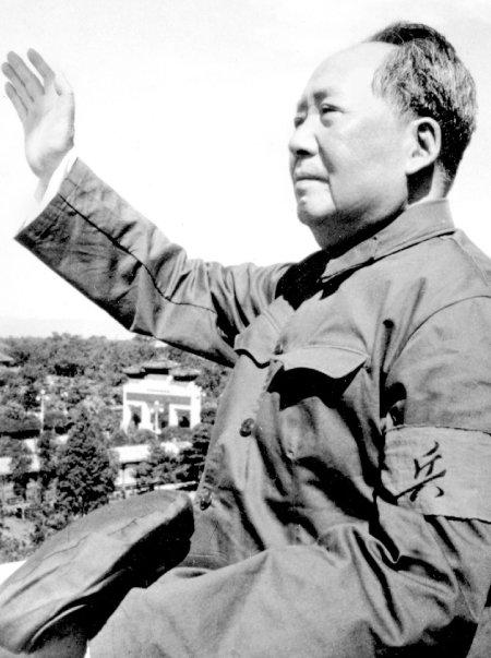 1966년 마오쩌둥이 대중을 향해 손을 흔들고 있는 모습.  [뉴시스]