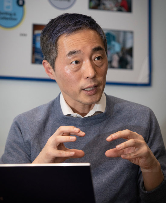 김정빈 수퍼빈 대표가 1월 8일 경기 성남시 사무실에서 수퍼빈이 하는 일에 대해 설명하고 있다. [박해윤 기자]