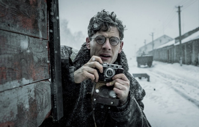 '미스터 존스'에서 가레스 존스(제임스 노턴 분) 기자가 우크라이나 대기근의 참상을 촬영하고 있다. [(주)제이브로 제공]