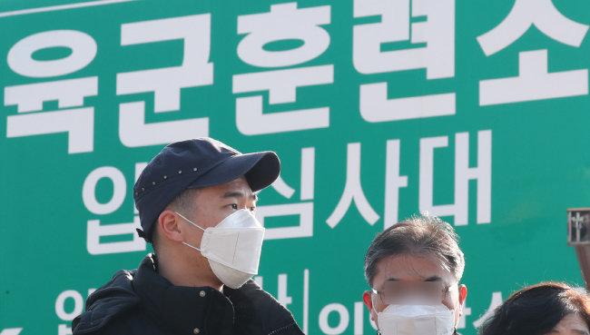 입영 장병이 충남 논산시 육군훈련소 입영심사대로 향하고 있다.   [뉴스1]