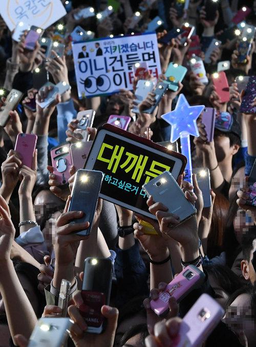 2017년 4월 27일 경기 성남시 야탑역 광장에서 열린 문재인 당시 더불어민주당 대선후보 집중유세에서 지지자들이 문 후보의 연설에 호응하고 있다. [동아DB]