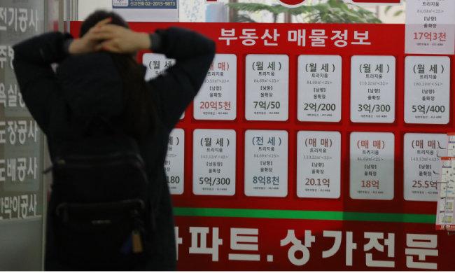 1월 12일 서울 송파구의 한 공인중개사 앞에서 행인이 매물 가격을 들여다보고 있다. [동아DB]