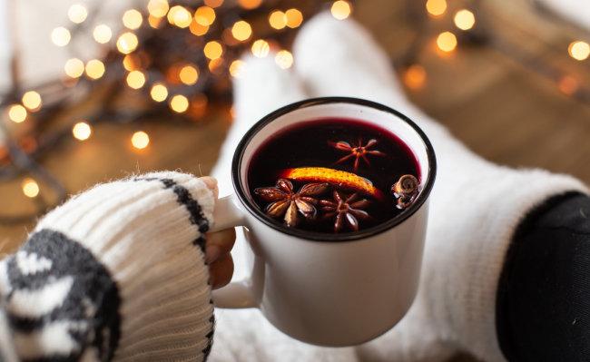 와인에 각종 과일을 넣고 끓여 만드는 '뱅쇼'는 겨울날 집에서 뒹굴뒹굴하며 마시기 좋다. [GettyImages]
