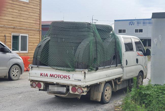 부산신항 건설현장에서 빼돌린 PVD 자재를 가득 실은 트럭. [제보자 제공]