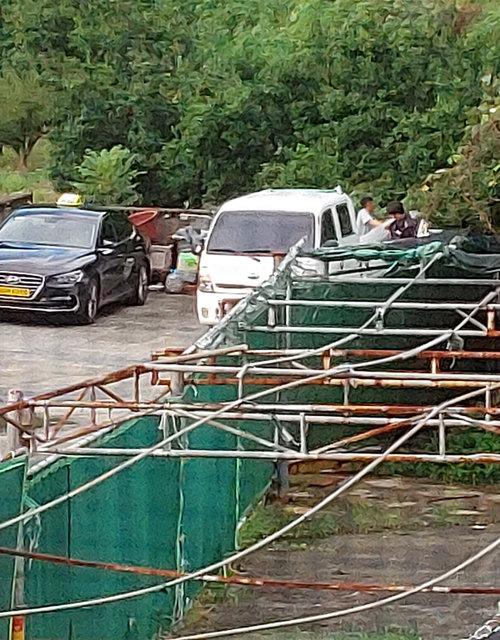 부산신항 지반 다지기 공사 현장 작업자들이 빼돌린 자재를 경남 창원시 한 모텔 주차장에 내려놓는 모습. [제보자 제공]