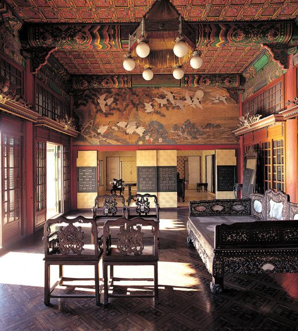 왕과 왕비의 침전인 창덕궁 대조전에는 6개의 등이 걸려있는 샹들리에가 매달려있다. [동아DB]