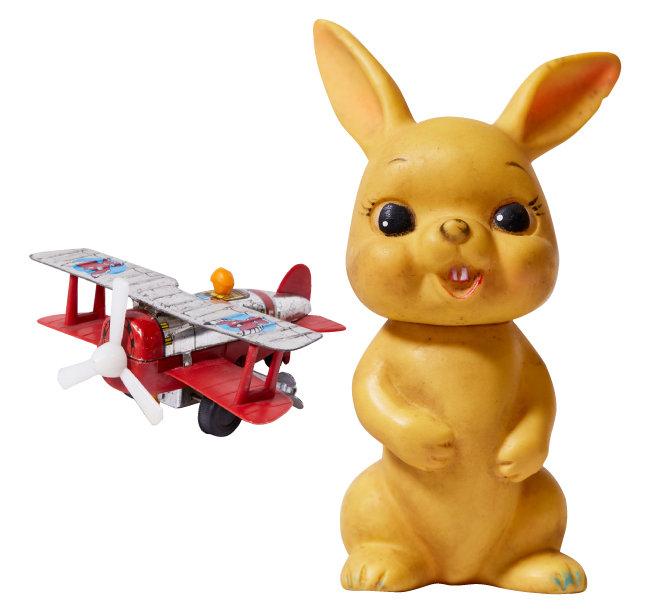 쌍발 비행기 태엽 장난감. 1960년대 'MADE IN KOREA' 제품이다(왼쪽). 노랑 꽥꽥이 토끼(Yellow Squeak Bunny). 1970년대 'MADE IN KOREA' 제품이다.