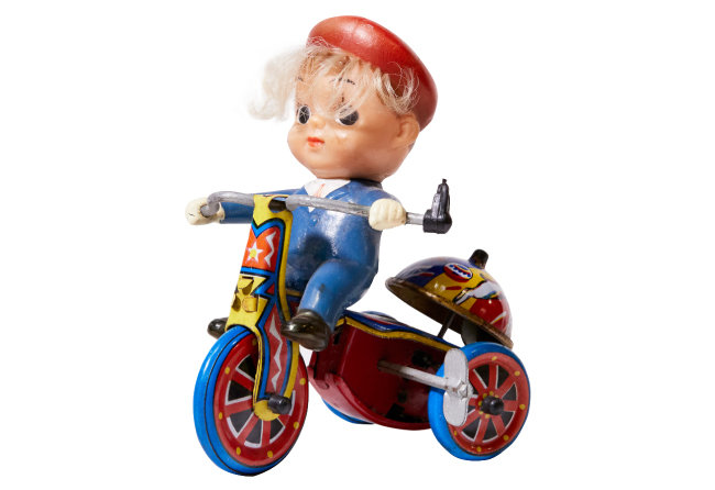 우리나라는 1960년대 후반부터 본격적으로 'KOREA' 이름을 붙인 양철 장난감을 미국과 유럽으로 수출했다. 화랑공업사(MTU)가 만들어 수출한 'Boys Tricycle'은 대한민국 최초의 세발자전거 장난감으로, 태엽을 감아 작동한다.