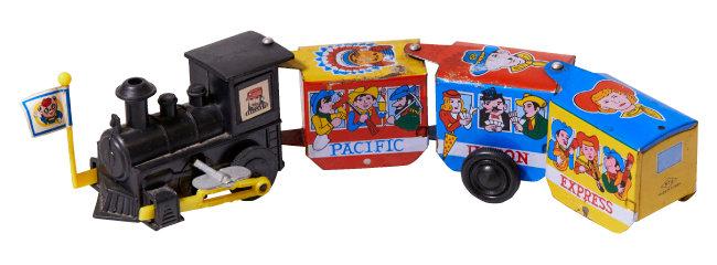 태엽으로 작동하는 지그재그 코믹 열차. '양철판 장난감'(틴토이)으로, 1960년대 'MADE IN KOREA' 상표를 달고 수출된 제품이다.