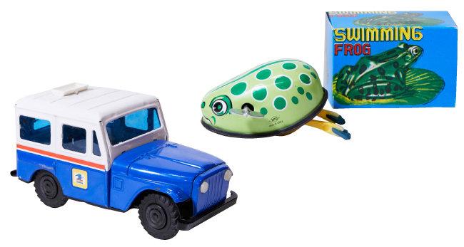 우편 배달차 모형 저금통. 1970년대 미국 우편사업소의 요청을 받아 제작, 수출했다(왼쪽).  1970년대 MTU가 만든 수영하는 개구리. 태엽을 감으면 앞으로 기어간다.