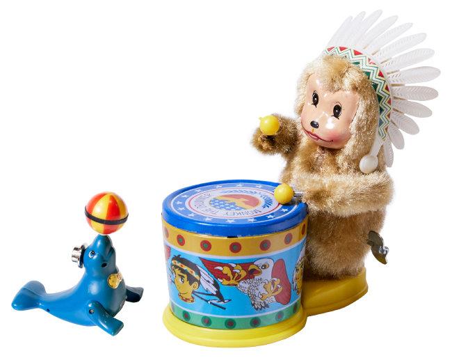 공 돌리는 물개. 1960년대 화랑공업사가 만든 것이다(왼쪽). 북치는 원숭이 인형. 1970년대 'MADE IN KOREA' 상표를 달고 해외로 팔려나갔다.