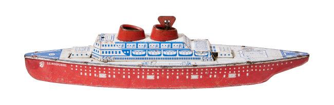 1940년대 미국에서 제작한 틴토이 크루즈 배 모형. 태엽을 감으면 움직인다.