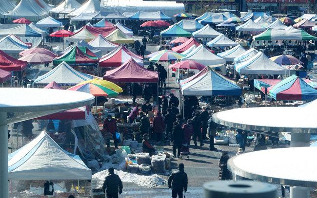 설을 일주일 앞둔 2월 4일 경기 성남시의 한 전통시장을 찾은 시민들이 제수용품을 구매하고 있다. 코로나19와 한파로 인해서 시장은 한산한 모습이다. [송은석 동아일보 기자]