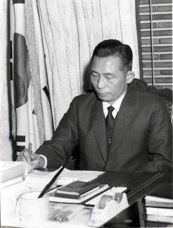 1969년 2월 15일 가정의례준칙에 서명하는 박정희 당시 대통령. [동아DB]
