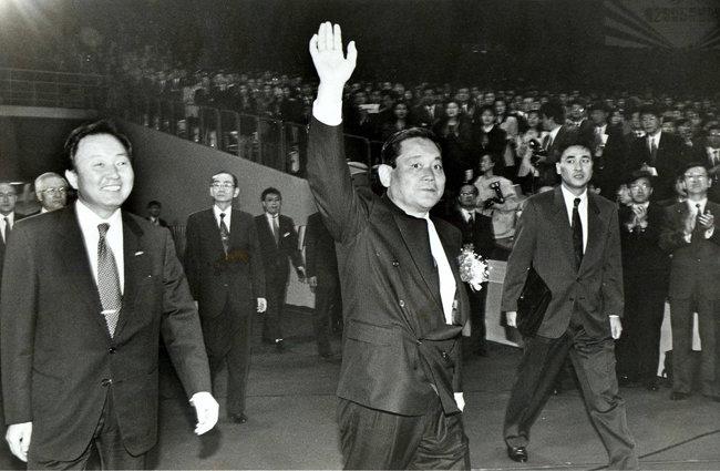 1993년 3월 22일 서울 올림픽공원 체조경기장에 들어서는 이건희 회장. 이 회장은 3개월 뒤 독일 프랑크푸르트에서 신경영을 선언했다.  [동아DB]