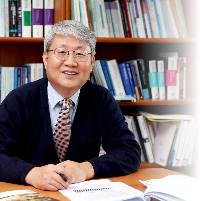 윤석명 한국연금학회장은  한국보건사회연구원 연구위원으로  연금 관련 연구를 주로 해왔다.  [동아DB]