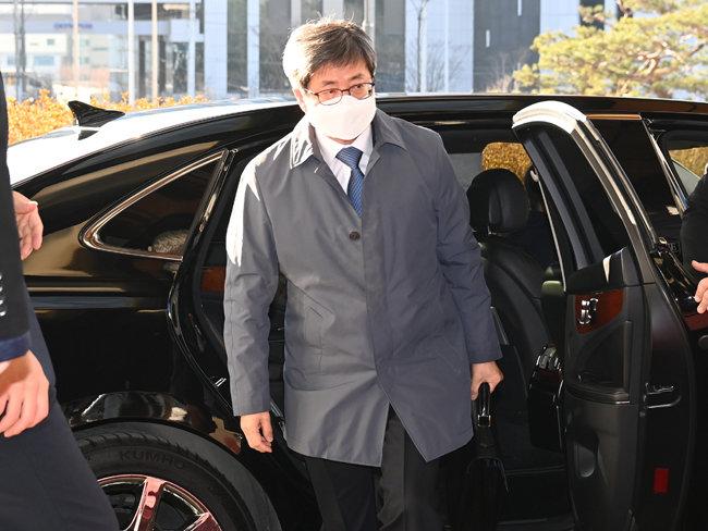 김명수 대법원장이 2월 8일 서울 서초구 대법원으로 출근하고 있다. [동아DB]