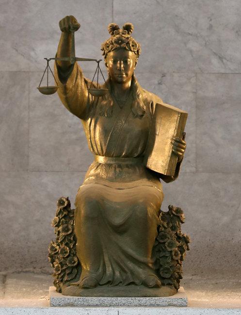 대법원 중앙홀에 있는 '정의의 여신상'. [동아DB]