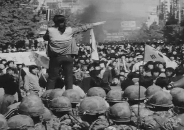 5·18민주화운동 당시 고 전옥주 씨가 계엄군과 시민들이 대치한 상황에서 가두방송을 하고 있다. 1980년 5월 19일부터 21일까지 차량에 탑승해 확성기로 방송을 하며 계엄군의 잔혹한 진압을 알리고 헌혈과 항쟁 동참을 촉구했다.  [5·18민주화운동기록관 제공]
