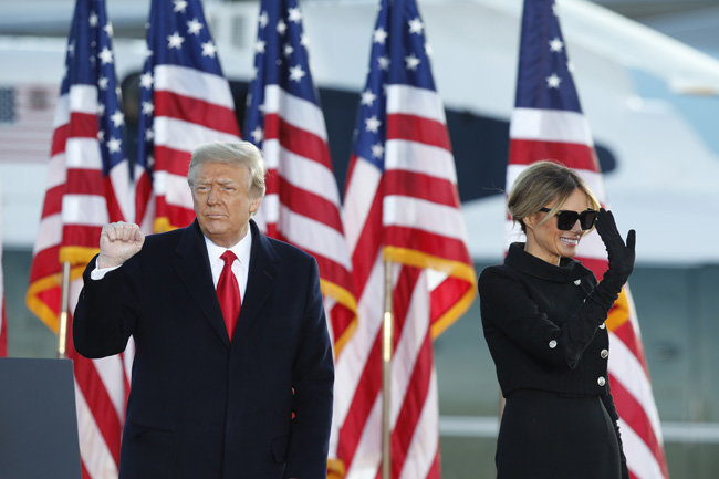 도널드 트럼프 전 미국 대통령(왼쪽)과 부인 멜라니아 여사가 1월 20일 미국 메릴랜드주 앤드루스 공군기지에서 플로리다주로 떠나는 머린원에 탑승하기 전 마지막 환송행사를 열었다. [AP 뉴시스]