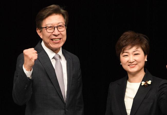 박형준(왼쪽), 이언주 후보가 2월 15일 부산 수영구 부산MBC에서 열린 토론회에 앞서 기념촬영을 하고 있다.  [뉴스1]