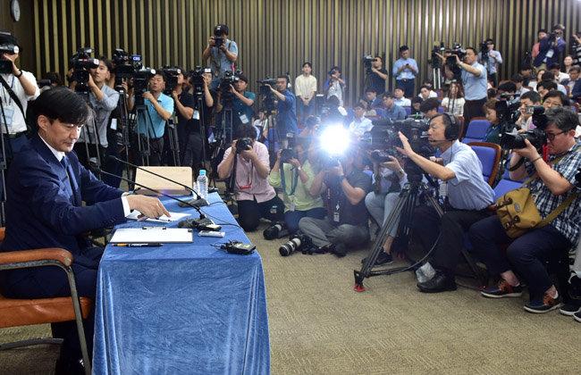 2019년 9월 2일 서울 여의도 국회에서 조국 당시 법무부장관 후보자가 각종 의혹에 대한 기자회견을 하고 있다. [뉴스1]