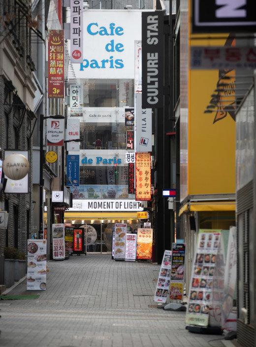 코로나 사태 이후  서울 중구 명동에서는 폐업하는 점포가  속출하고 있다. [지호영 기자]