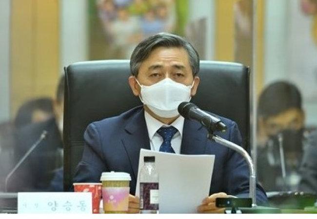 양승동 KBS 사장이 1월 27일 이사회에 참석해 수신료를 월 2500원에서 3840원으로 인상하는 방안에 대해 설명하고 있다. [뉴스1]