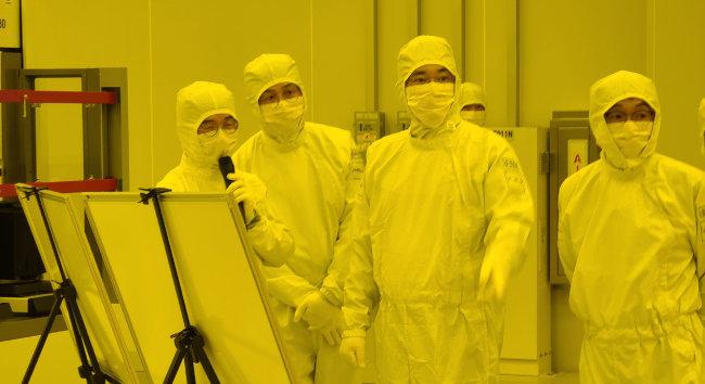 이재용 삼성전자 부회장이 1월 4일 경기 평택2공장을 찾아 극자외선(EUV) 전용 라인의 D램과 시스템반도체 생산 라인을 점검하고 있다. [삼성전자 제공]