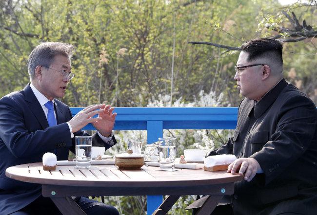 2018년 4월 27일 남북 정상회담 당시 문재인 대통령(왼쪽)과 김정은 북한 국무위원장이 판문점에서 '도보다리'까지 산책한 뒤 벤치에 마주 앉아 이야기를 나누고 있다. [동아DB]