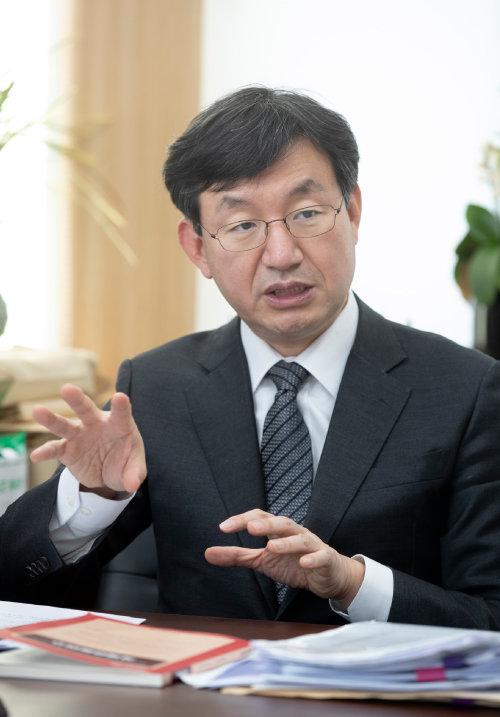 성태윤 연세대 경제학부 교수가  한국의 재정 상태에 대해 설명하고 있다. [지호영 기자]