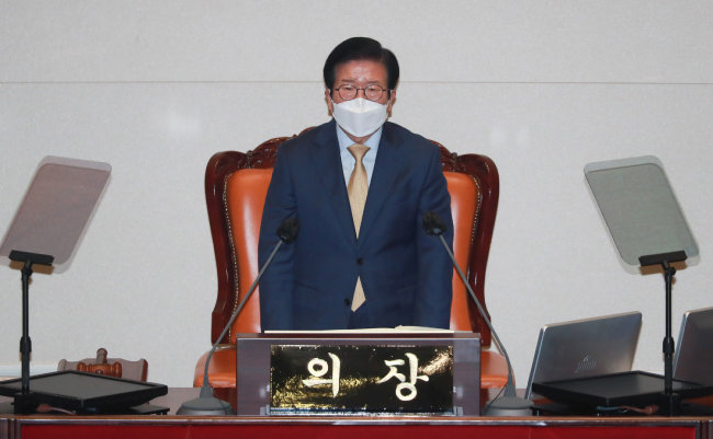 """박병석 국회의장이 2월 1일 임시국회 개회사를 하고 있다. 이날 박 의장은 """"4월 재·보선 후 개헌에 대한 논의가 본격적으로 이뤄져야 한다""""고 말했다. [뉴스1]"""