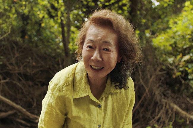 윤여정 씨가 미국 이민자 가정의 어른으로 등장하는 영화 '미나리'의 한 장면. '미나리'는 3월 1일 미국에서 열린 제78회 골든글로브 시상식에서 최우수 외국어영화상을 받았다. [동아DB]