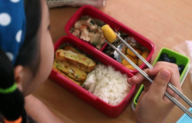 한 어린이가 달걀말이 등 다양한 반찬으로 채워진 도시락을 먹고 있다. [양회성 동아일보 기자]